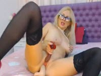 Milf bionda si masturba sul webcam con un grande dildo