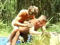 Sesso all'aperto con due biondi arrapati che si inculano in una foresta