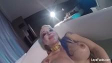 Masturbazione nella vasca da bagno con una bionda tettona