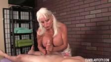 Massaggiatrice matura fa una sega piccante al suo cliente